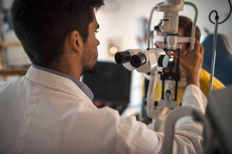 על אבחון מאוחר, טיפולי עיניים ואפשרות הרשלנות שביניהם